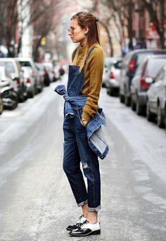 Street style de como usar macacão jeans no frio em look com jaqueta jeans e blusa manga longa mais sapato boyish.