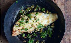 Receita de peixe frito crocante preparado com limão, manteiga e alcaparra: anote.