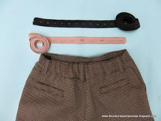 Spanish site with tutorial for an adjustable back waistband Sewing Hacks, Sewing Tutorials, Sewing Patterns, Sewing Tips, Sewing For Kids, Diy For Kids, Sewing Alterations, Edge Stitch, Tips & Tricks