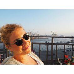 Sunny Hamburg ️️ Besser kann ein Vize-Freitag nicht ausklingen ️  #balcony #balconyview #balkon #dearhamburg #Fischmarkt #Frühling #frühlinginhamburg #hafen #hafenliebe #Hamburg #hh #home #myhome #myview #rayban #sunglasses #sunny #thursday #vizefreitag