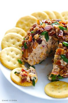 BBQ Bacon Cheese Ball -- all you need are 6 simple ingredients to make this sweet and savory cheese ball appetizer Finger Food Appetizers, Yummy Appetizers, Appetizer Recipes, Dinner Recipes, Holiday Cheese Ball Recipe, Cheese Ball Recipes, Bbq Bacon, Snacks Für Party, Balls Recipe