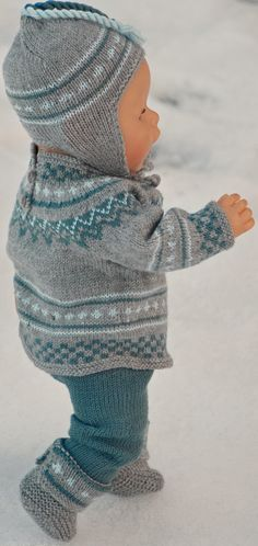 Breien poppenkleertjes patronen How To Start Knitting, Alexander Dolls, Light Blue Color, Warm Sweaters, Garter Stitch, Cold Day, Striped Knit, Pattern Books, Green Stripes