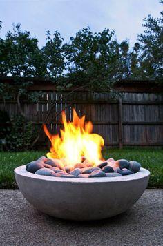 Moderner Garten mit moderner Lounge Ecke, Feuerstelle und ...