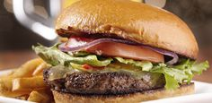 Her mit dem Burger! Manchmal gibt es nichts Besseres, als in einen saftigen Burger zu beißen. Das würzige Fleisch, die aromatische Soße und der knackige Salat - einfach nur lecker...