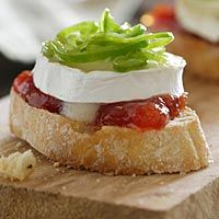 Tosta brie y tomate Desert Recipes, Raw Food Recipes, Appetizer Recipes, Appetizers, Spanish Tapas, Tapas Bar, Snacks Für Party, Creative Food, I Foods