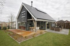 Achterzijde moderne recreatiewoning : Modernistyczny ogród od Bongers Architecten