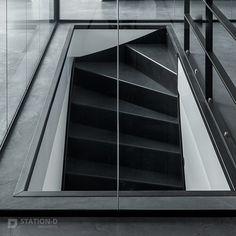 Villa Harnaschpolder - Station-D Architects - http://station-d.nl - De centrale kern is voorzien van een industriële design trap, als ware eye-catcher in het hart van de villa. Foto: Stijnstijl Fotografie #zwarte #trap #staal