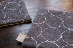 先日のクロス模様の刺し子の作り方...たくさんの反響をいただけてとても嬉しかったです☆几帳面な性格だからか、刺し子一つにも自分なりの法則を作ってしまうとこ... Sashiko Embroidery, Japanese Embroidery, Hand Embroidery, Boro, Color Crafts, Kantha Quilt, Textiles, Visible Mending, Embroidery Techniques