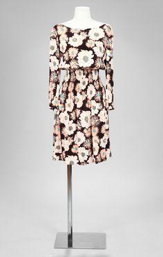 eed07f019ba Lot 310 PRADA Robe en crêpe chocolat imprimé d un motif de paquerettes et de