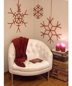 Copos de Navidad hechos con palos de helado - #Adornos, #Decoración, #ManualidadesConNiños http://navidad.es/13880/copos-de-navidad-hechos-con-palos-de-helado/