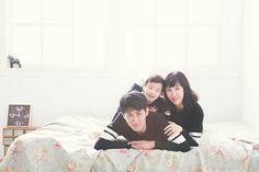 Family photo by. wooubi studio  감성 사진 가족 사진 _우유비 스튜디오