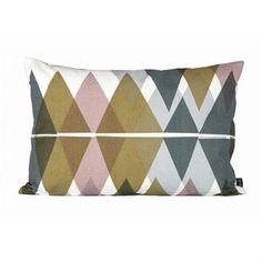 Dieses Ferm Living Kissen hat ein überraschendes, asymmetrisches Muster, das auf den ersten Blick symmetrisch wirkt. Perfekt für Sofa und Couch!