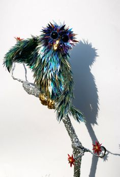 Australian artist Sean Avery creates beautiful animal sculptures out of recycled CD fragments.