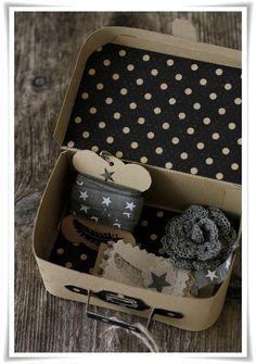 Petit kit de couture dans une valisette à pois.
