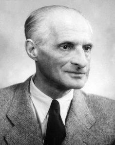 Julian Tuwim- jeden z najpopularniejszych poetów dwudziestolecia międzywojennego, współtwórca grupy poetyckiej Skamander. Studiował prawo i filozofię na Uniwersytecie Warszawskim.