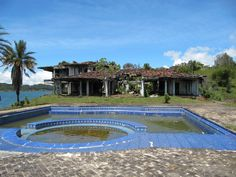 Colombia drug lord, PABLO ESCOBAR abandon island, the swimming pool was designed by Escobar himself. Abandoned Property, Abandoned Mansions, Abandoned Buildings, Abandoned Places, Pablo Emilio Escobar, Pablo Escobar House, Manolo Escobar, Rest House, Places Around The World