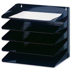 na sciane nad biurkiem meza, nie czarny, moze druciany