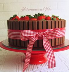 Bolo de Festa - Bolo Kit kat - Bolo de chocolate, recheio de mousse firme de chocolate e brigadeiro. Cobertura de ganache de chocolate, chocolate kit kat e morangos.
