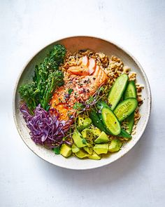 Salmon and avocado rice bowl with soy and lemon dressing Healthy Salmon Recipes, Pork Recipes, Lunch Recipes, Mexican Food Recipes, Vegetarian Recipes, Cooking Recipes, Lemon Salmon, Salmon And Asparagus