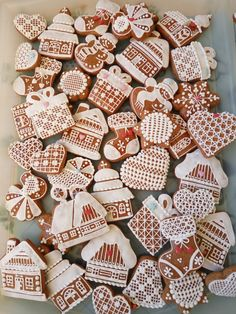 Vánoční perníčky Gingerbread Cookies, Christmas Cookies, Bolacha Cookies, Christmas Is Coming, Holiday Treats, Cookie Decorating, Food Dishes, Food And Drink, Christmas Decorations