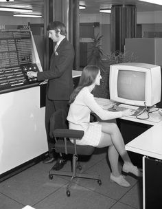 34 weird vintage photos of women in tiny miniskirts at huge old computers Vintage Photos Women, Photos Of Women, Vintage Ladies, Alter Computer, Pc Photo, Advertising History, Weird Vintage, Vintage Stuff, Web Design