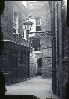 vintage everyday: Old Photos of Pubs in London a Century Ago