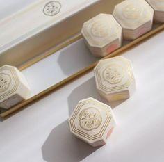 日本の美を発展してきた資生堂から、そのフィロソフィを彷彿とさせるコスメ、「七色粉白粉」の100周年を記念した復刻版が限定商品として登場しました。パッケージ一つ一つも手作りで再現したこだわりの品です。実力と共にそのパッケージの可愛さを是非楽しんでください。