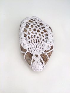 Lace stone made in Italy, white Crochet Covered Stone, Valentine's Day, Paperweight, Home Decor, Beach Wedding di Villino19 su Etsy