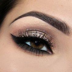 Maquillaje de ojo en efecto glitter. Busca más ideas de maquillaje de noche en http://mipagina.1001consejos.com/