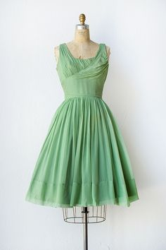 Shopping For The Vintage Shoes - Popular Vintage Vintage Fashion 1950s, Vintage 1950s Dresses, Look Vintage, Vintage Ladies, Vintage Vogue, Vintage Inspired Outfits, Vintage Outfits, 1950s Prom Dress, Green Chiffon Dress