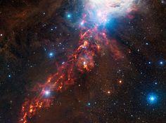 Este dramático wallpaper do espaço revela nuvens cósmicas na constelação de Orion mostrando o que parece ser uma fita de fogo no céu.