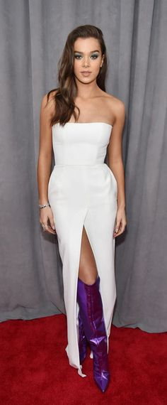 Hailee Steinfeld a brillé sur le tapis rouge des Grammy Awards dans une robe de soirée blanche bustier immaculée