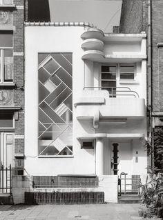 Adrian Yekkes: Brussels art deco - Uccle and Ixelles Art Et Architecture, Beautiful Architecture, Beautiful Buildings, Architecture Details, Halls, Estilo Art Deco, Streamline Moderne, Art Deco Buildings, City Buildings