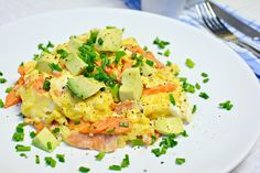Räucherlachs mit Avocado-Rührei - http://www.paleolifestyle.de/rezept/raeucherlachs-avocado-ruehrei/