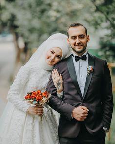 what colour are muslim wedding dresses Muslim Wedding Photos, Wedding Couple Photos, Muslim Wedding Dresses, Muslim Brides, Wedding Couples, Muslim Couple Photography, Wedding Photography Poses, Couple Hijab, Hijabi Wedding