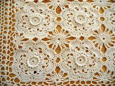 Motif crochet vintage table runner
