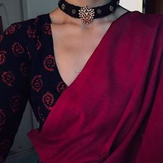 In addition to looking incredible, wearing a pearl necklace on your wedding has traditionally been referred to as an all the best appeal, guaranteeing to bring the marital relationship years of happiness. Simple Sarees, Trendy Sarees, Stylish Sarees, Ethnic Sarees, Indian Sarees, Pakistani, Indian Attire, Indian Wear, Indian Outfits
