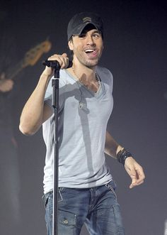 Enrique Iglesias Photos - Enrique Iglesias Performs in Concert - Zimbio