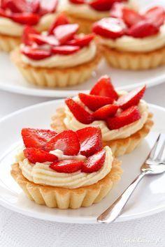 Wyśmienite kruche babeczki z kremem pâtissière, czyli po prostu waniliowym kremem budyniowym oraz truskawkami.
