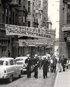 """""""Amerikalı denizciler gelecek diye asılan pankartlar ile Beyoğlu (1953)"""""""