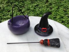 Miniature-Dollhouse-FAIRY-GARDEN-HALLOWEEN-Resin-Witch-Hat-Broom-Cauldron-Set
