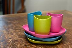 Kinderservies (bordje, schaaltje en beker) van biologisch afbreekbaar materiaal. Verkrijgbaar in roze, groen of blauw.