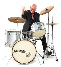 Velhinho ou jovem, bateria é pra todos. Quem nunca sonhou em tocar bateria até quando for idoso?!