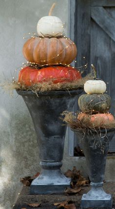 Easy DIY Front Porch Halloween Decorating Ideas – Pumpkins Nothing beats awesomely crafted pumpkins when it comes to front porch halloween decorating ideas so check out these awesome ideas for inspiration! Halloween Veranda, Halloween Porch, Fall Halloween, Halloween Decorations, Halloween Ideas, Halloween Flowers, Garden Decorations, Pumpkin Planter, Pumpkin Topiary