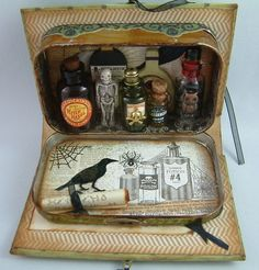 Artfully Musing: Mini Apothecary in an Altoids Tin Book.♥ these altered tins. Altered Tins, Theme Harry Potter, Mint Tins, Tin Art, Arts And Crafts, Paper Crafts, Creation Deco, Altoids Tins, Diy Home