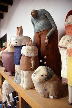 Tout en sensualité et en intuition, Anne-Sophie Gilloen a su par ses sculptures créer un univers peuplé de poétiques bonshommes qui racontent à leur manière des instants de vie. Elle aime particulièrement le travail aux colombins et les engobes. Ses inspirations ce sont les gens et leurs émotions, leurs doutes et leurs rêves. « Dans mon travail j'aime observer les choses du quotidien, les choses et les situations auprès desquelles on passe souvent sans les voir. Je prends le temps de…