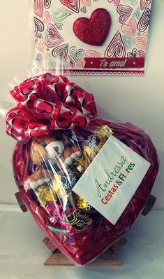 Coração com bombons e pelúcias Candy Gift Box, Diy Gift Box, Easy Diy Gifts, Candy Gifts, Homemade Gifts, Creative Gift Baskets, Valentine's Day Gift Baskets, Birthday Gift Baskets, Creative Gifts