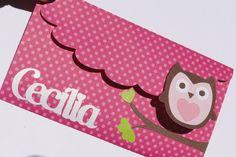 Convite em papel de scrap 180gr. Nome em papel metalizado e cortes em forma de coruja e galho de árvore, coruja suspensa por fita banana. Cor pode ser alterada, basta especificar na hora da compra. A impressão será em papel metalizado, enviado para aprovação por email.  Medidas: LARGURA - 12CM ALTURA - 7,5CM ABERTO - 19,5CM A SER IMPRESSO - 12 X 7,5CM R$3,90