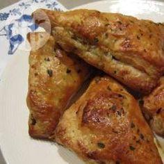 4 plakjes bladerdeeg 300 gr gehakt (half om half) 1 teentje knoflook, fijngehakt 1 kleine ui, gesnipperd gehaktkruiden naar smaak cayennepeper naar smaak 1 ei, losgeklopt