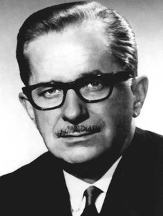 Le 9 avril 1915, il y a 100 ans, nait Daniel Johnson. Après des études à l'Université de Montréal, il devient avocat dès 1940. Député de l'Union nationale de 1946 jusqu'à sa mort, il est adjoint parlementaire du président du Conseil exécutif en 1955, orateur suppléant de 1955 à 1958 et ministre des Ressources hydrauliques de 1958 à 1960. Élu chef de son parti en 1961, il est premier ministre du Québec de 1966 jusqu'à sa mort en 1968. © Assemblée nationale du Québec #Cestmonhistoire #RPCQ Premier Ministre, Canada Eh, Canadian History, Short Stories, Montreal, Street Art, Vintage, Portraits